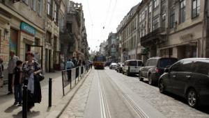 Зіткнення автобуса й легковика в центрі Львова зупинило трамваї