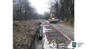 У Снопківському парку ремонтують водогін