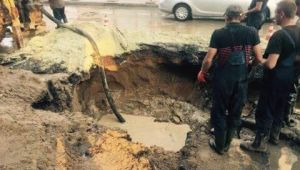 Комунальники ліквідовують у Львові порив водогону