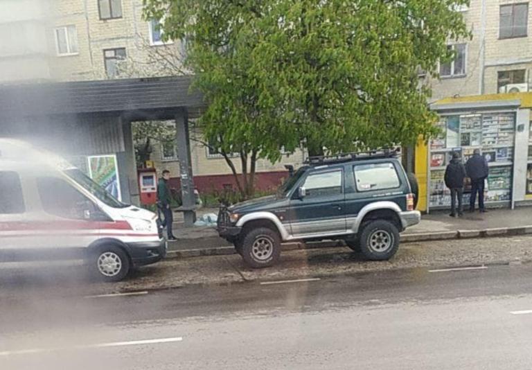 На зупинці громадського транспорту у Львові померла людина
